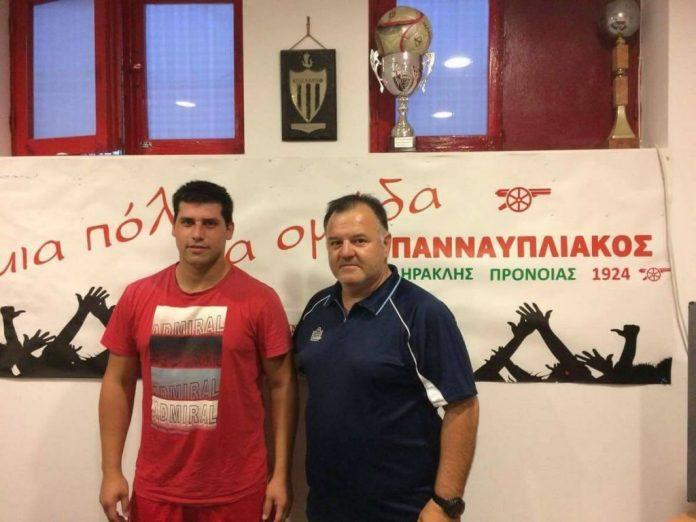 Ο προπονητής Βουρνάζος με τον νέο παίκτη Στεφανόπουλο